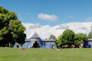 Sweden, Uppland, Stockholm, Hagaparken, Entertainment tent in public parkの写真素材 [FYI02706769]