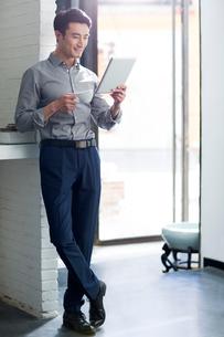 Young man using digital tabletの写真素材 [FYI02706785]
