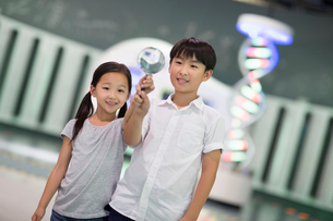 Chinese children in science and technology museumの写真素材 [FYI02706800]