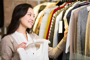 Young woman shopping in clothing storeの写真素材 [FYI02706826]