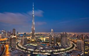 Cityscape of Dubai, United Arab Emirates at dusk, with the Burj Khalifa skyscraper and illuminated bの写真素材 [FYI02706827]