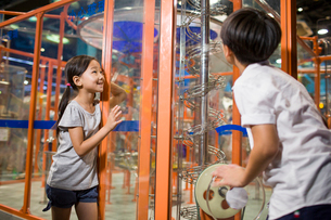 Chinese children in science and technology museumの写真素材 [FYI02706845]