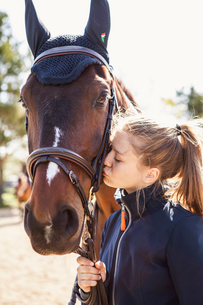 Teenage girl kissing a horse in Swedenの写真素材 [FYI02706872]