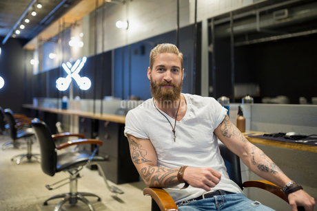Portrait of confident hipster hairstylist in hair salonの写真素材 [FYI02706873]