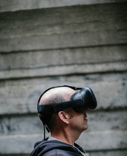 A middle aged man wearing a virtual reality headset.の写真素材 [FYI02706896]