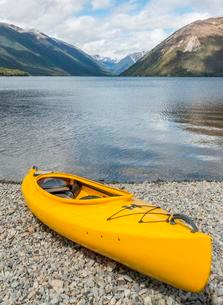 Yellow Kayak lying on the beach, Lake Rotoiti, Nelson Lakesの写真素材 [FYI02706996]
