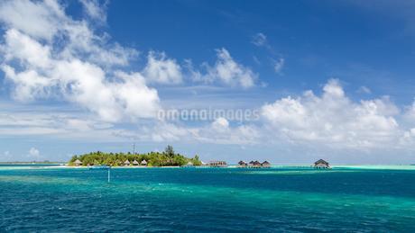 Small tropical island, turquoise sea, cloudy sky, Gangehiの写真素材 [FYI02706998]