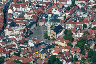 Eisenach market square with town hall, castle, and St.の写真素材 [FYI02707003]