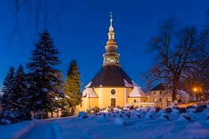 Church at dawn, winter, Seiffen, Ore Mountains, Saxonyの写真素材 [FYI02707005]