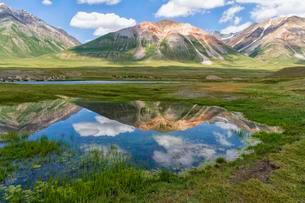 Mountains reflecting in water, Naryn gorge, Naryn Regionの写真素材 [FYI02707013]