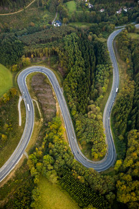 Aerial view, hairpin curves, winding road in the Sauerlandの写真素材 [FYI02707026]
