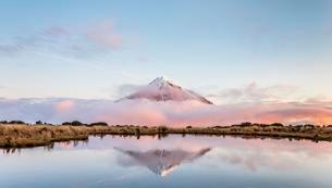 Reflection in Pouakai Tarn, stratovolcano Mount Taranaki orの写真素材 [FYI02707038]