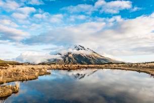 Reflection in Pouakai Tarn, stratovolcano Mount Taranaki orの写真素材 [FYI02707039]