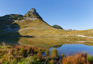 Augstsee Lake and Mt Atterkogel, Loser region, Totesの写真素材 [FYI02707044]