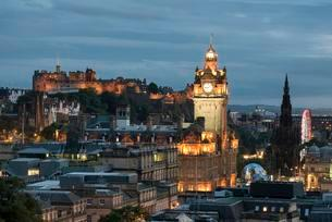 View of historic centre of Edinburgh with Balmoral Hotelの写真素材 [FYI02707057]
