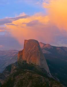 Illuminated clouds above Half Dome, evening light, Glacierの写真素材 [FYI02707058]