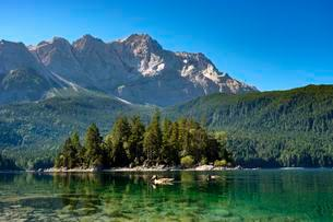 Lake Eibsee lake with Sasseninsel and Zugspitze, nearの写真素材 [FYI02707073]