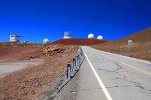 ハワイ島 マウナケア山頂天文台群とマウナケア・アクセス・ロードの写真素材 [FYI02707075]
