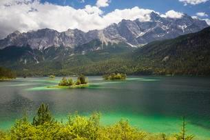 Eibsee lake with Zugspitze mountain in cloudy skyの写真素材 [FYI02707097]