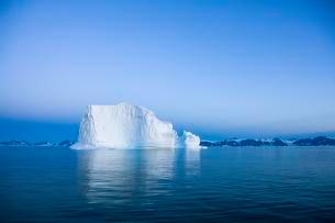 Blue hour icebergs, Scoresbysund, East Greenlandの写真素材 [FYI02707099]