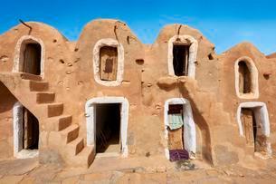 Northern Sahara mud brick Berber ghorfas, Berber grainの写真素材 [FYI02707112]