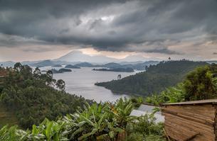 Lake Mutanda, east bank, behind Virunga Mountains, Ugandaの写真素材 [FYI02707114]