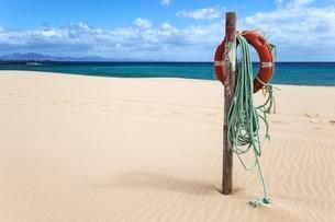 Lifebuoy on the sandy beach Playa Bajo Negro, Corralejoの写真素材 [FYI02707115]