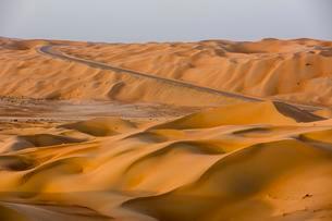 Road in the desert at Al Hamam, Empty Quarter, Rub' alの写真素材 [FYI02707125]