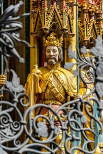 Gothic sculpture of King of Bohemia, Schoner Brunnenの写真素材 [FYI02707128]