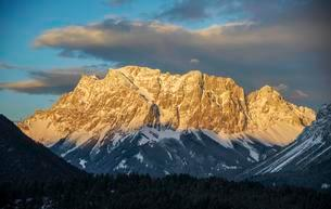 Panoramic view from the Fernpass, from left Zugspitzeの写真素材 [FYI02707132]