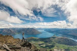 Female hiker stands on rocks in The Remarkablesの写真素材 [FYI02707133]