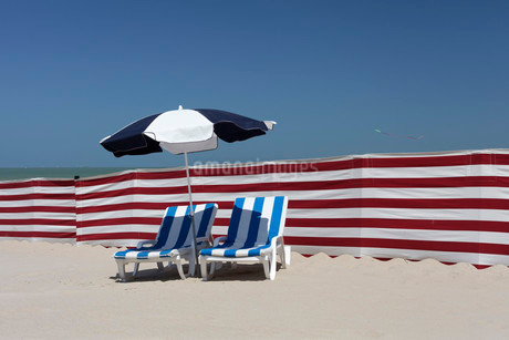 Two empty sun-beds behind a windbreak, beach on the Northの写真素材 [FYI02707138]