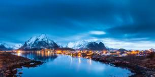 Fishing village Reine in winter, Reinefjord, Moskenesoyの写真素材 [FYI02707167]