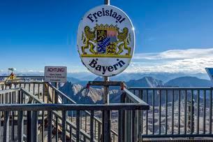 Free State of Bavaria, signpost at border between Austriaの写真素材 [FYI02707170]