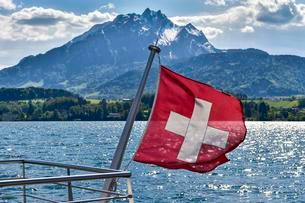 Swiss flag at railing, View of Mount Pilatus, Lucerneの写真素材 [FYI02707177]
