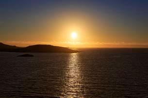 Midnight sun at Selfjorden, near Fredvang, Flakstadの写真素材 [FYI02707184]