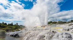 Water fountain and vapor, Pohutu Geyser and Prince of Walesの写真素材 [FYI02707185]
