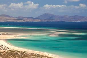 Beach and turquoise sea with windsurfers, Playa Risco delの写真素材 [FYI02707188]