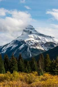 Mount Pilot with snow, Bow Valley Parkway, Banff Nationalの写真素材 [FYI02707198]