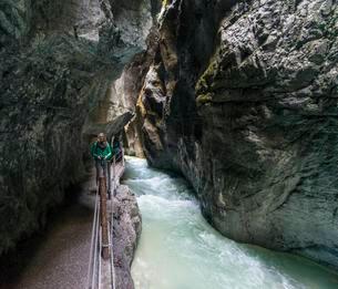 Hiker in gorge, Partnachklamm, Partnach Riverの写真素材 [FYI02707201]
