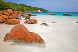 Granite rocks and beach of Anse Lazio, Praslin Islandの写真素材 [FYI02707225]