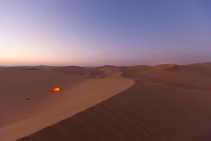 Tent, sand dunes in desert, sunrise, Rub' al Khali or Emptyの写真素材 [FYI02707229]
