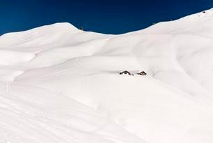 Mountain chalet in snow-covered landscape, Baadの写真素材 [FYI02707231]