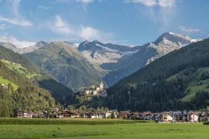 Sand in Taufers, Taufers Castle, Zillertal Alps behindの写真素材 [FYI02707238]