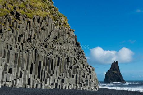 Basalt columns, Reynisfjara beach and one Reynisdrangarの写真素材 [FYI02707240]