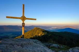 Summit cross, GroBer Osser near Lam, Kunisches Gebirgeの写真素材 [FYI02707242]