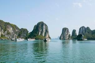Tourist boats in Halong Bay, Halong, Gulf of Tonkinの写真素材 [FYI02707247]