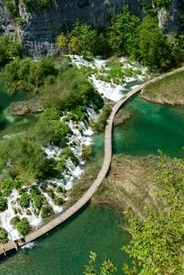 Boardwalk, small waterfalls, Plitvice Lakes National Parkの写真素材 [FYI02707248]