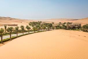 Qasr Al Sarab Desert Resort by Anantara, surrounded by highの写真素材 [FYI02707257]