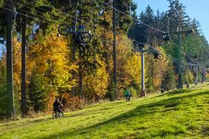 Lift with mountain bikers at the Geisskopf, nearの写真素材 [FYI02707262]